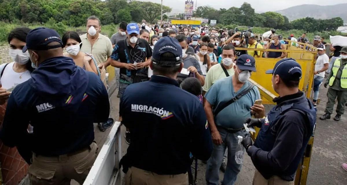 Unos 2.000 migrantes venezolanos esperan un cupo en los puestos sanitarios en la frontera para continuar su viaje de reporto a Venezuela
