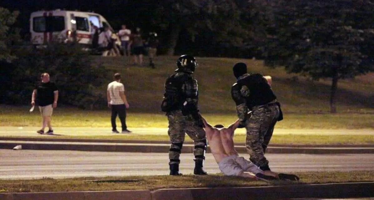 Una persona muerta y decenas de heridos en Bielorrusia por la reelecci?n del presidente Alexandre Lukashenko.