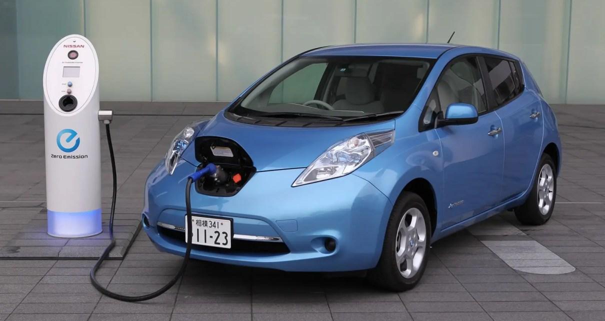 Auto eléctrico recarga