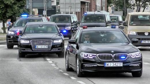 Przejazd kolumny z prezydentem przez Malbork. Kadr z filmu FrodFootTV. Źródło: https://www.youtube.com/watch?v=GBORLzyx05I