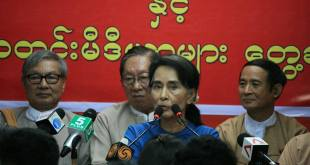 Daw Aung San Suu Kyi meeting with reporters (Photo: IMNA)