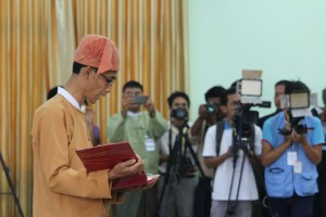 Mon State's new chief minister taking the oath (Photo: MNA)