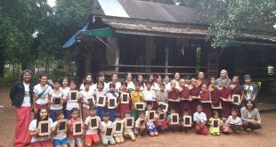 Group photo of students and young monks receiving mini blackboards (Photo: Ah Ar)