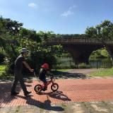 自転車を押す画像