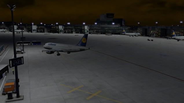 Wenn schon eine Außenposition, dann wenigstens mitten im Innenbereich des Terminal A. Auch wenn die Busfahrt von hier wiederum um das gesamte Terminalgebäude herumführt.
