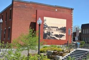 Buckingham fait maintenant partie de la Ville de Gatineau. Une grande murale, sous la forme d'une photo d'époque, rappelle aux visiteurs un pan de son histoire.