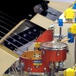 ギターを演奏中に『本物』の各種打楽器も指やピッキングで演奏できる技術、演奏パフォーマンス