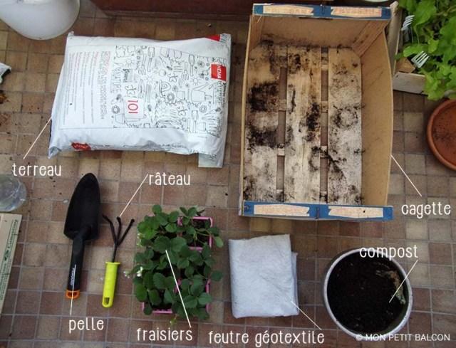 planter des fraises à l'aide de terreau, pelle, plants de fraisiers, billes d'argiles, feutre géotextile, compost