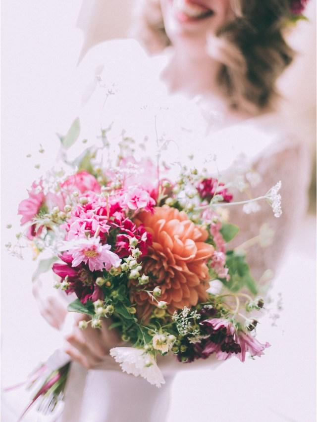 bouquet d'automne composé de dahlia et de cosmo pour une mariée