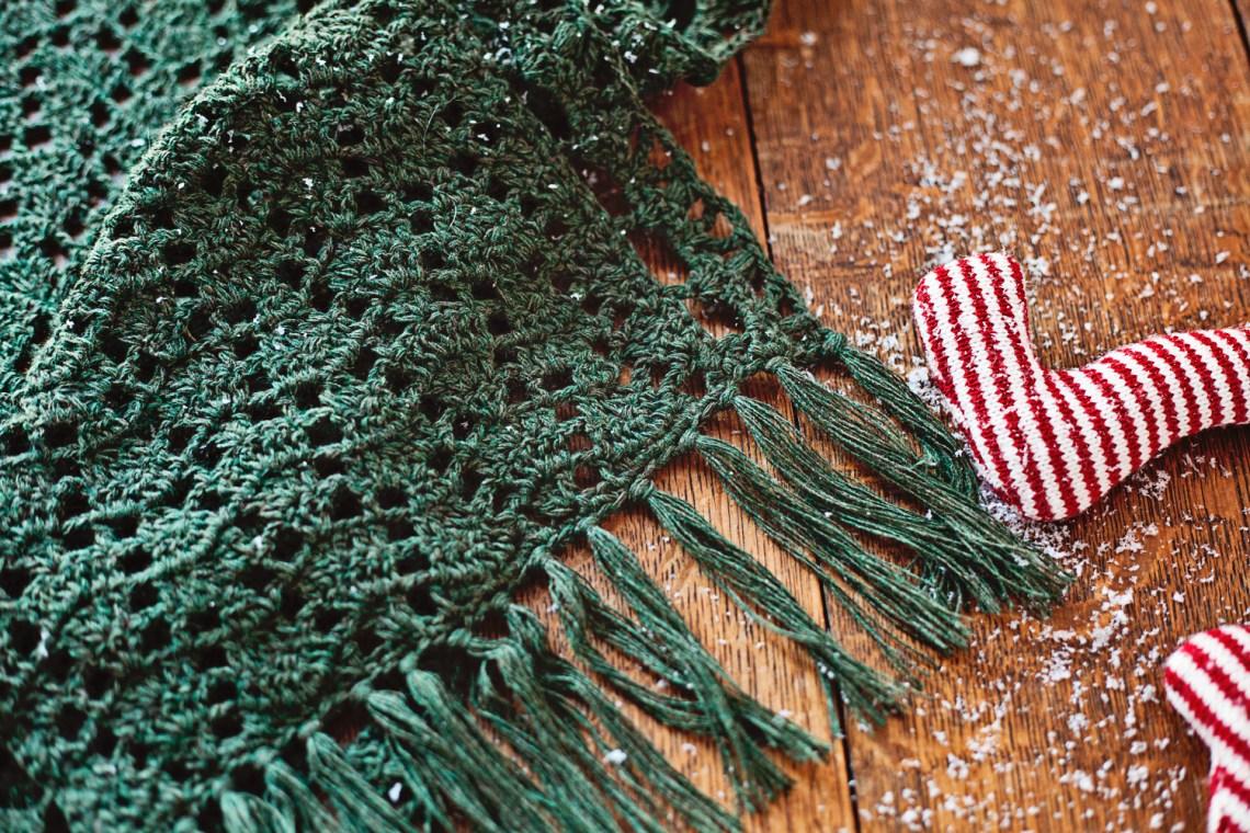 Christmas Lace Shawl, crochet pattern by Mon Petit Violon www.monpetitviolon.com