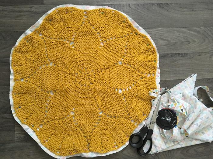 coussin-crochet-decouper-le-tissu-0