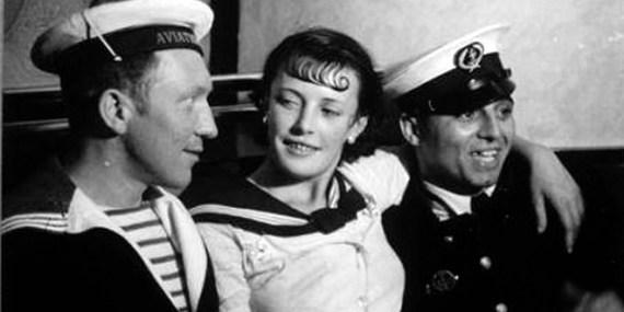Une demoiselle et des marins