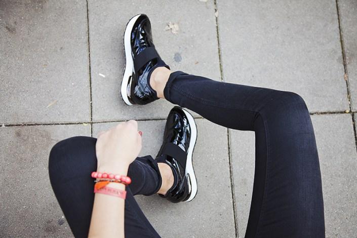 Comment porter des skinny jeans avec des sneakers, tout en gardant une silhouette élancée et élégante