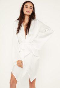 robe-courte-portefeuille-blanche-en-satin