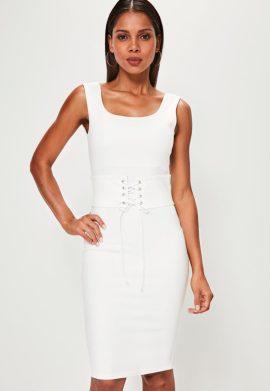 robe-mi-longue-blanche-avec-ceinture-corset