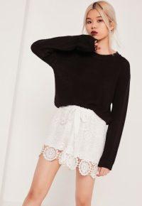 short-blanc-en-dentelle-avec-ceinture--nouer