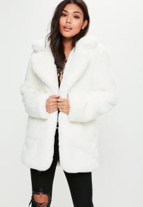 manteau-blanc-en-fausse-fourrure-selection-vetements-shopping-grands-froids-magazine-monsieurmada.me-lestendancesdelilou-mode