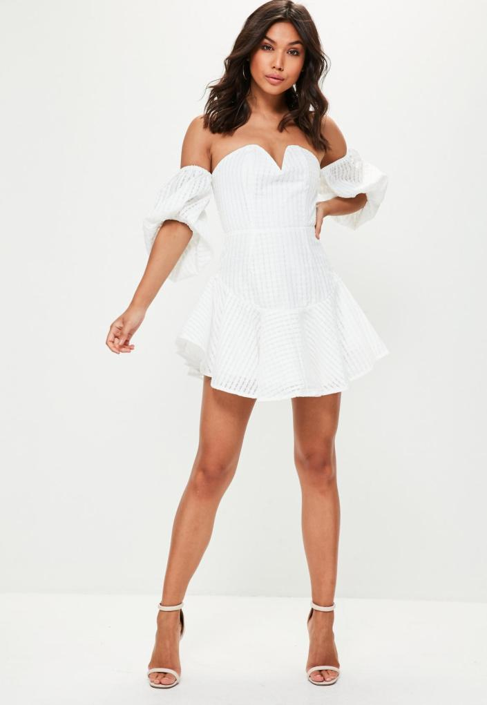 Robe blanche manches évasées
