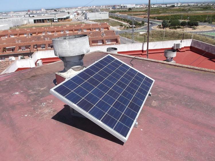 Si tienes un hueco que dé el sol, puedes poner uno o dos paneles solares para autoconsumo de electricidad. Ahorras dinero, y produces electricidad RENOVABLE.