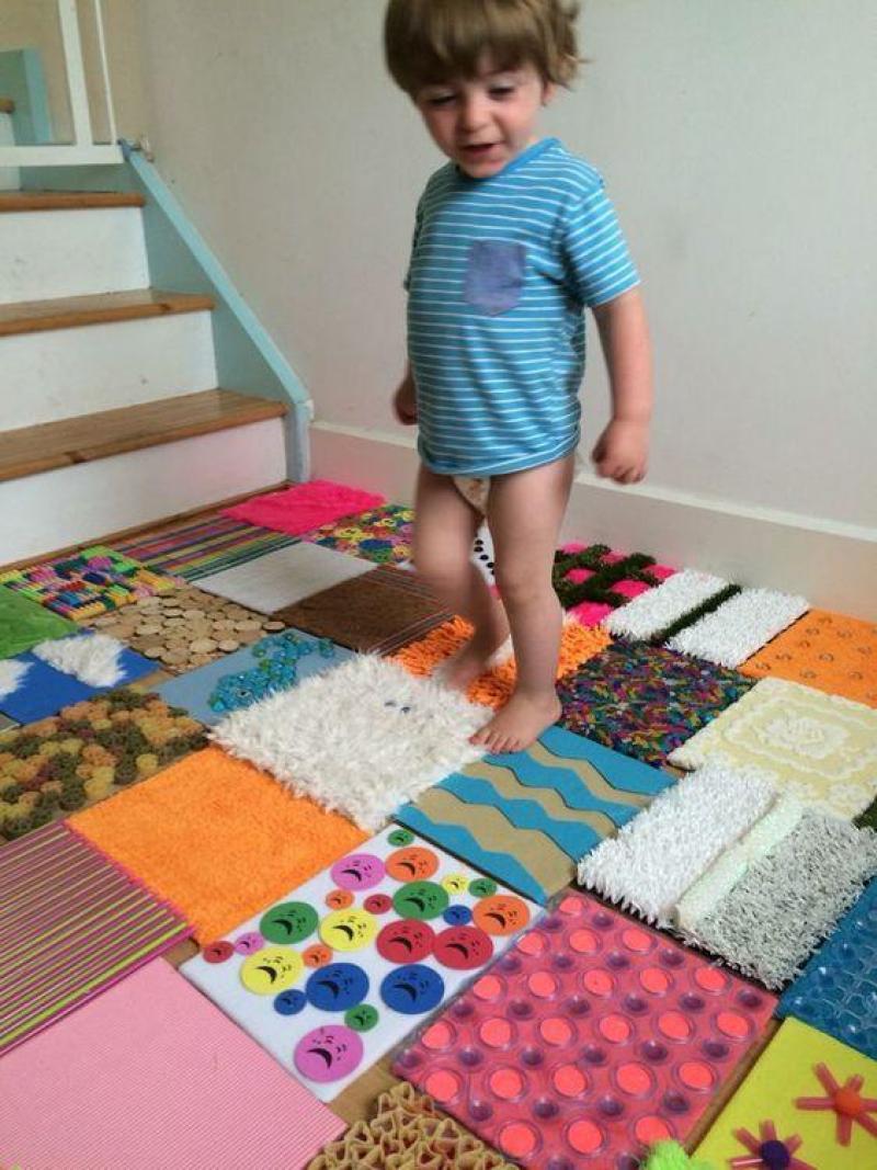 Actividades Sensoriales en Casa - Caminar sobre texturas - Walking on textures 2