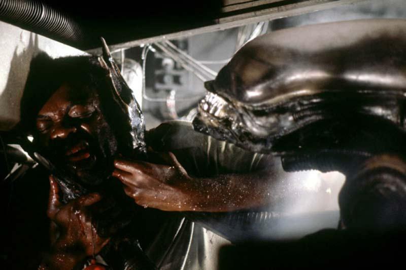Lo Xenomorfo sta per uccidere Parker in Alien