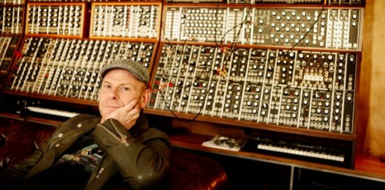 Junkie XL studio con sintetizzatore