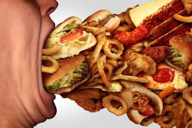 Piaceri lardosi pizza hamburger e patatine