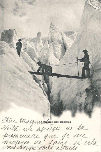Traversée d'une crevasse sur le glacier des Bossons.