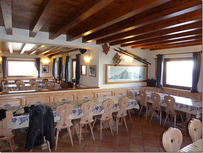 Salle à manger du refuge Bonatti