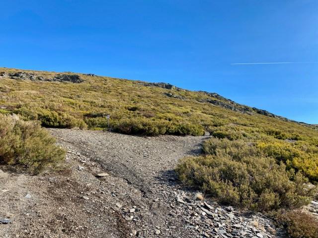 A la izquierda, el camino a Martín Muñoz de Ayllón; a la derecha, el que viene del Collado del Cervunal; de frente, la senda hacia La Buitrera.