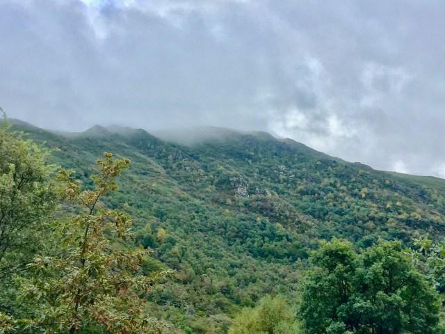 El Pico Formigueiros envuelto en la bruma.