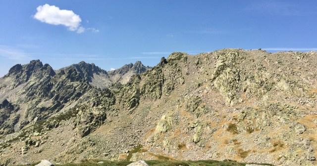 A la derecha, la ladera oriental del Morezón.