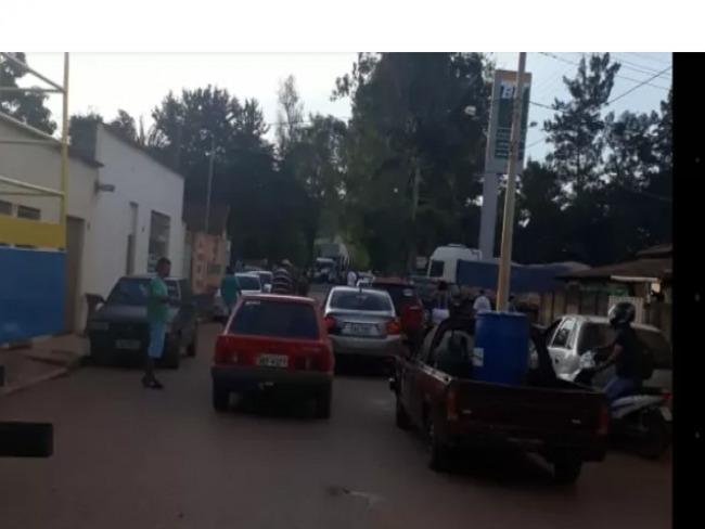 LAGAMAR:Grupo de manifestantes fecham rodovia de acesso a Vazante pedindo melhorias da COPASA