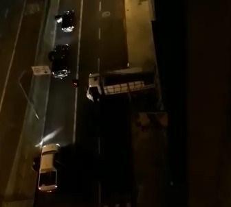 Bandidos trocam tiros, usam escudo humano e matam mulher – Vídeos mostram o tiroteio