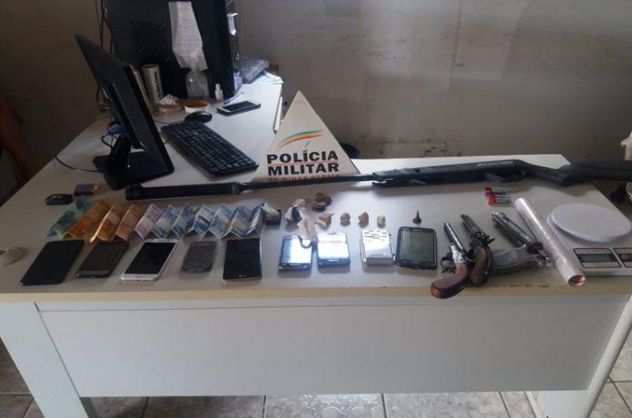 Polícia Militar de Lagoa Grande apreende armas, drogas e encaminha três pessoas para a Delegacia de Policia Civil
