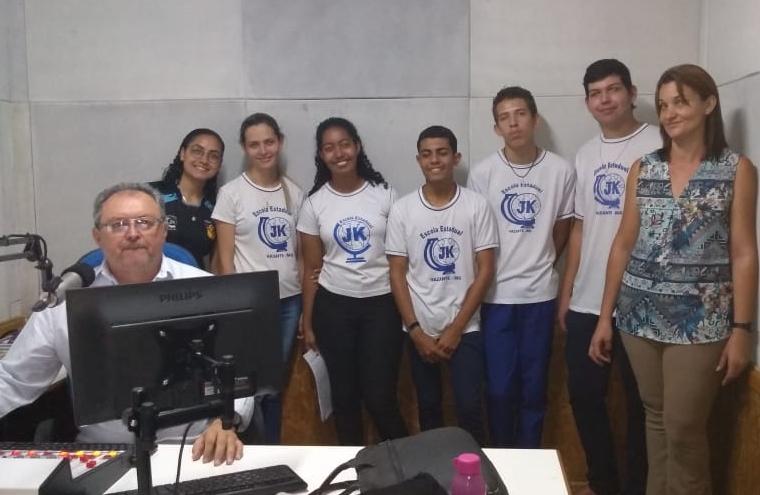 Alunos da escola JK visitam instalações da Rádio Montanheza