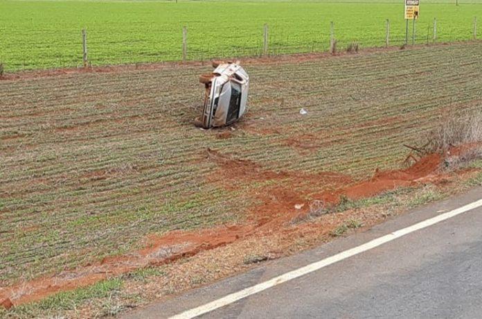 Motorista fica ferido após veículo sair da pista e capotar na MGC-354, em Lagamar