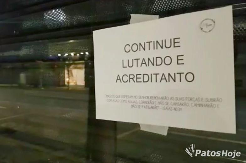 Para renovar esperança, comércios no Centro de Patos de Minas recebem mensagens de apoio