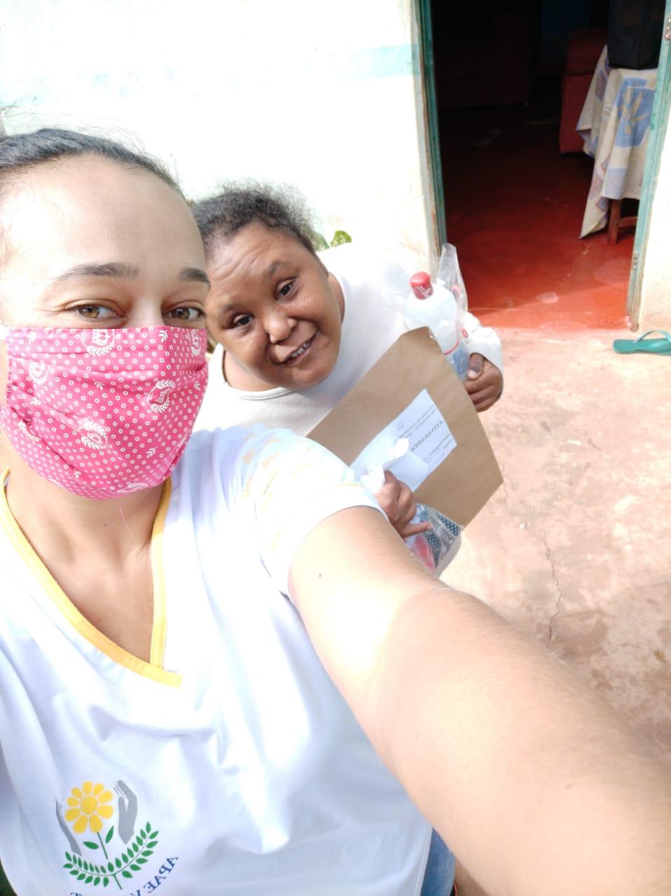 Alunos da APAE de Vazante recebem kits para proteção contra o coronavírus