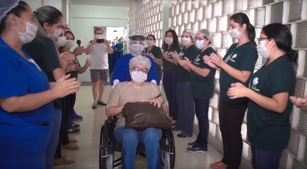 Idosa curada da Covid-19 recebe aplausos e canção em saída de hospital em Uberaba