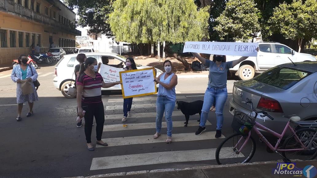 Profissionais dispensados pelas redes sociais fazem protesto em frente à Câmara de Presidente Olegário