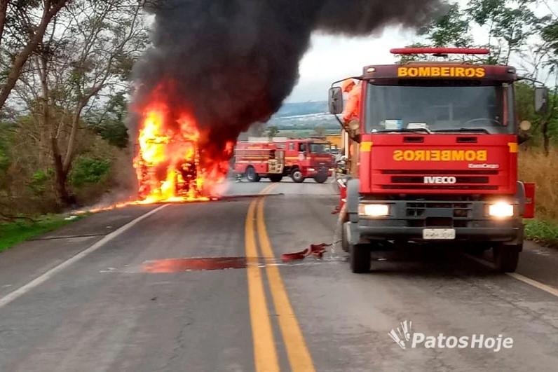 Carreta carregada com couro de boi pega fogo na BR 365, em Patos de Minas: Video
