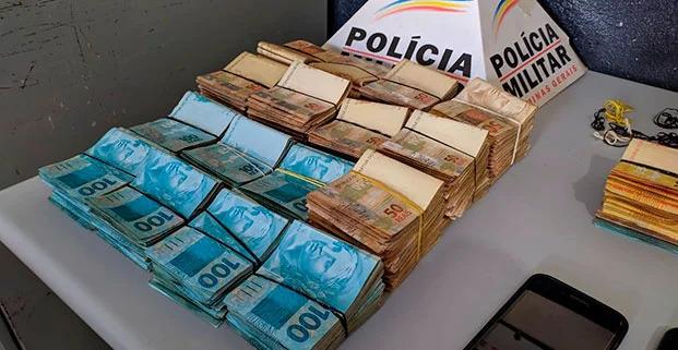 PM apreende quase 200 mil em dinheiro, três carros, drogas, arma e dois acabam presos em Patos de Minas