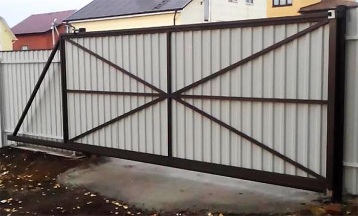 Brána a kovový plot