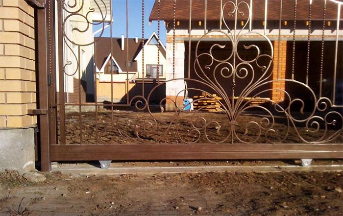 Opotřebovaná posuvná brána