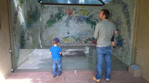 La Fondation Pierre Gianadda with slightly bigger little ones - Chagall fountain © montblancfamilyfun