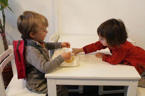 Entraide des enfants à l'école Montessori Internationale de Bordeaux-Gradignan