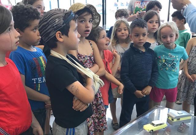 Montessori International Bordeaux - visite minaluxe - show room - enfants étonnés