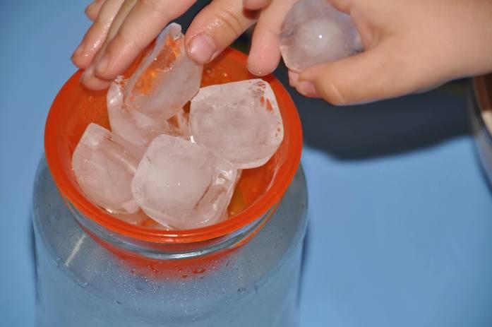 kolobeh vody v pohári
