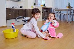les-enfants-font-le-nettoyage-dans-la-chambre-71298597